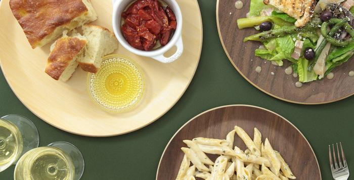 こちらは、さきほどのリム皿よりも深めに出来ているので、カレーなどの汁物にも対応できます。4種類の天然木から選べて、お食事によって色々組み合わせを考えるのも楽しいですね。パスタやサラダなど、自宅でカフェご飯風に楽しめます。