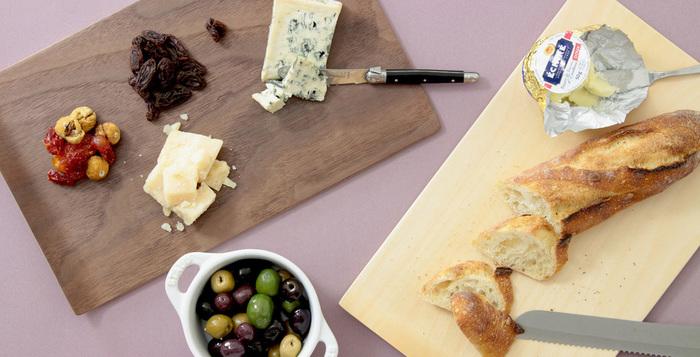 チーズやパンなどを切るカッティングボードとして、またおつまみトレーとして、使い方は自由自在。