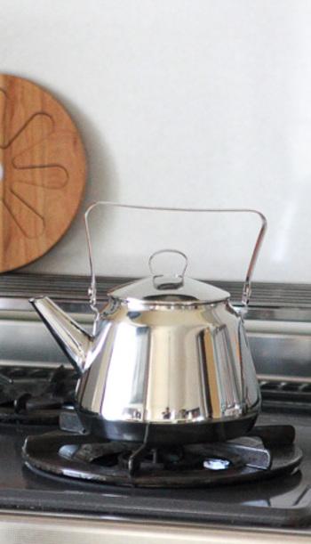 お母さんへのプレゼントに最適なキッチングッズ。使い勝手の良いOPA(オパ)のケトルはシンプルなデザインで、どんなキッチンにも馴染みます。コーヒー好きなお母さんにもおすすめです。