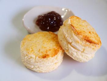 豆腐の米粉スコーン。米粉に絹ごし豆腐を合わせた簡単スコーンで、小麦粉もバターも不使用です。健康が気になる方にぴったりのライトなスコーンです。