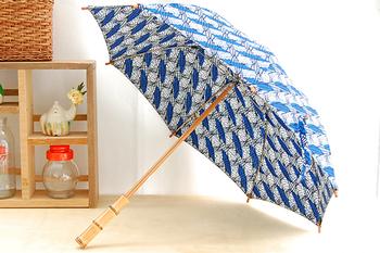 これからの季節、晴雨兼用傘が大活躍します。アフリカンバティックの生地を使った傘なら、晴の日も雨の日も明るい気持ちになれること間違いなし。