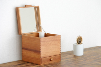 シンプルな形の化粧ボックスは、コンパクトなので移動させるのもらくちんです。伝統的な製法で、細かい部分まで丁寧に作られています。いつまでも綺麗でいてほしいという気持ちを込めて、お母さんへ。