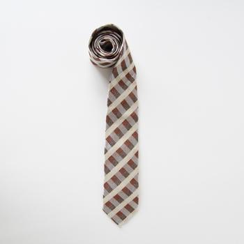 まだまだ現役で働いているお父さんには、定番ながらも高品質なネクタイを。糸からこだわったシルク100%で、若々しく見せてくれるデザインです。