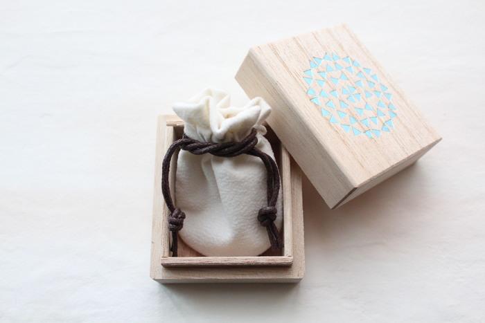 可愛らしいオリジナルデザインの桐箱に入れてのお届けなので、贈り物にもおすすめ。年齢を問わないデザインなので、年上の方への贈り物にも良いですね。