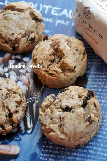米粉と全粒粉を半分ずつ使ったレシピです。バターの代わりに美容にもいいココナッツオイルを使い、サクッとした食感に仕上げています。ヨーグルトもたっぷりのヘルシーなスコーンです。