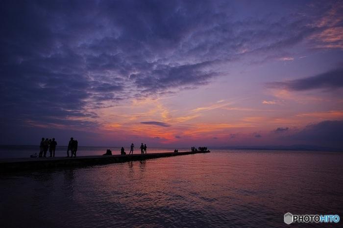 今は使われなくなった桟橋は、夕日を眺める最高のスポットに。刻一刻と色が移りゆく夕焼け空のグラデーションは、まばたきするのが惜しいくらいです。