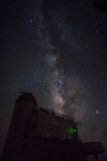石垣島から高速船で約1時間。日本最南端の有人島である「波照間島」では、南十字星を見ることができます。星空観測タワーでは、夜に天体観測ツアーを開催。12月~6月の新月付近を狙って訪れると、とってもキレイに南十字星が見られるかもしれません♪