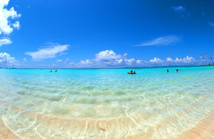 ここは天国かしら?と思うほどに、なんとも美しいビーチ「ニシハマ」。自然の生み出す鮮やかなブルーの海で、時間を忘れて遊んだり、海を眺めながらぼ~~っとして過ごすのも最高の時間です。
