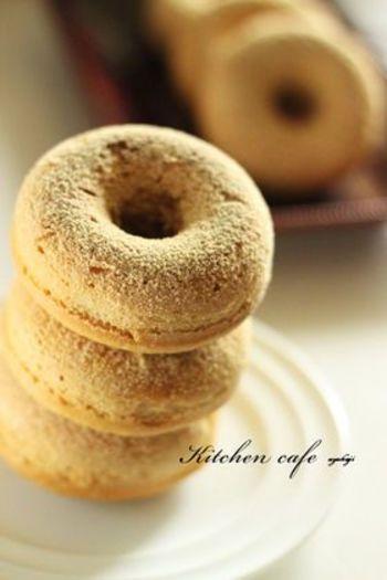 甘さ控えめのヘルシーな焼きドーナツレシピ。ホットケーキミックスなど身近な材料で作れます。仕上げにきな粉や黒蜜をかければ、さらに和風テイストに♪