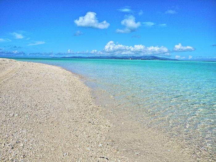 真っ白な砂浜が広がるコンドイビーチ。潮が引いた時間には、白砂の島が出現!遠浅なので、歩いて渡れちゃいます。