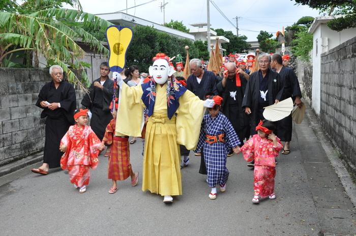 その年の豊作を感謝し、翌年の五穀豊穣、無病息災を願う小浜島のお祭り「結願祭」。先祖から受け継がれてきた島独自の伝統を感じる機会に。一般客が見ることのできる奉納芸能の日に是非訪れてみては?