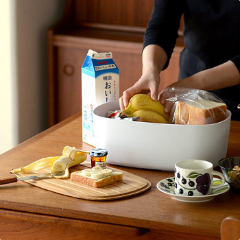 限られたキッチンスペースで場所を取ってしまうパンは、ボックスにまとめて入れておくと、見た目もすっきりと美しくなります。デンマーク生まれのBread boxは、食パン2斤がすっぽりと入り、小さなバケットなら切らずに収納可。パンを湿気や乾燥から守ってくれる天然の竹でできた蓋は、裏返せばカッティングボードとしても使うこともできます。
