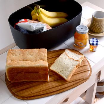 パンの収納の他にも、毎日飲むコーヒーやお茶、生活感が出やすい調味料や食べかけのスナック菓子などを入れておくのもおすすめです。場所を取りがちな米びつも、このブレッドボックスに入れれば省スペースに。5kgのお米が入ります。