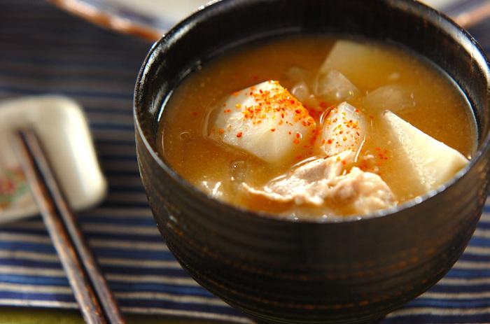 お味噌汁にしても絶妙のおだしが出る豚の薄切り肉。里いもと玉ネギと一緒にお味噌汁にすると、最高の一品になります。仕上げに一味唐辛子を振ります。
