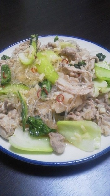パスタの代わりに春雨を使うという中華風のペペロンチーノです。野菜をたっぷり一緒に炒めると栄養満点のメニューになります。