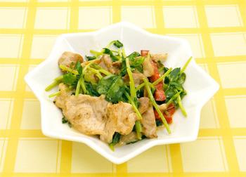 豆苗はコストも抑えることができるのに栄養もあって人気の食材です。この豆苗のシャキシャキとした食感と豚肉を炒めてオイスターソースとマヨネーズで味付けするだけでできあがります。