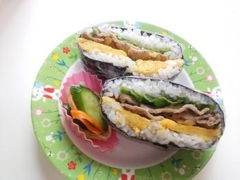 前日の夜ごはんに食べた豚肉のポン酢しょうが焼きの残りを使って、おにぎらずに!ほかに冷蔵庫の中にある野菜や卵と一緒に巻くと素敵なお弁当の一品に変身します。