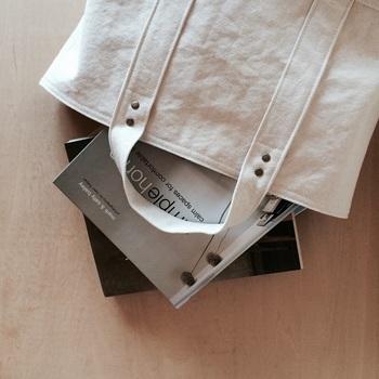 A4サイズの本や雑誌が横向きにたくさん入るLサイズ。普段のお出かけ用や、お仕事用のバッグとしても使い勝手のよい大きさです。重いものにも耐えられるよう、持ち手部分にはステッチが多く入り、8か所の留め具も付いてます。