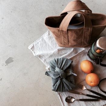 お出かけ用のバッグとしてはもちろん、お弁当や水筒など入れてランチバッグとしても使えるMサイズ。マチ部分が広いので、見た目よりもたくさんモノが入ります。膝の上や車の助手席に置いても収まりのいいサイズです。