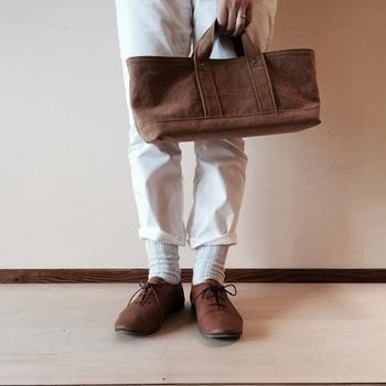 横長のかたちがアクセントのMサイズ。マチが広いのでお財布、スマホ、ポーチやハンカチ、文庫本なども十分に入ります。ポケットは付いていませんが、幅広で浅型な形で中が見やすくモノを取り出しやすい。