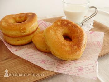 フライパンで作れる豆乳ドーナツ。材料を混ぜて生地を作り、多めの油で揚げ焼きにするだけ。特別な道具がなくても、気軽にお家でドーナツを作ることができます!