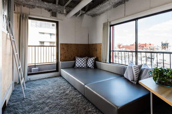 ファミリールームでは、広いソファーと浅草の街並みが疲れを癒してくれます。少人数のグループや家族向けのお部屋です。