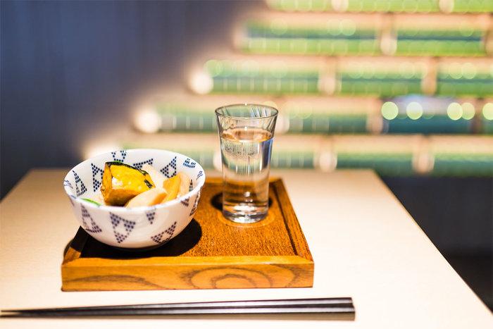 日本酒とおつまみのセットも人気のメニュー。日本らしいお酒の楽しみ方を再認識できます。