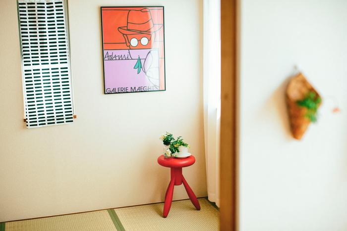 和室にも馴染むアルテックの椅子。こちらはフィンランドのデザイン界の巨匠、エーロ・アールニオがデザインした「ベビーロケットスツール」です