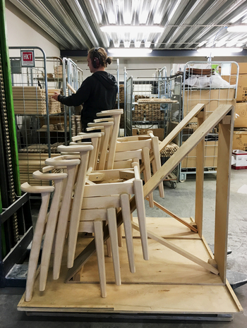 絶妙な形にデザインされたドムス チェアもまた、フィンランドの工場の職人によって形作られています(画像提供:アルテック)