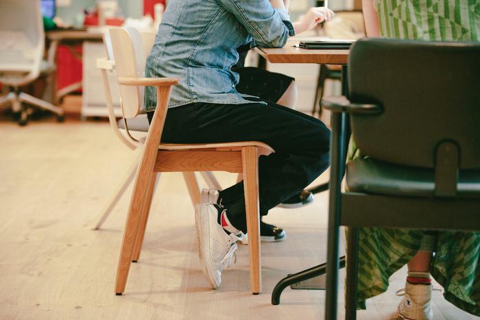 この日のインタビューの際も、蘆原さんと金子さんが座っていたのはドムス チェア(手前は革張り)でした。肘掛の短さによってテーブルにぶつかりにくく、せまい場所でも快適に使用できることが伺えます