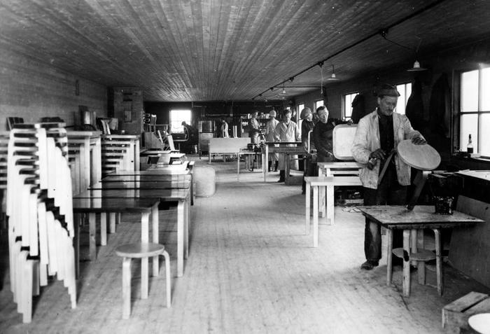アルテック創業当初の工場の写真。現在は機械を導入しつつも、多くの工程で今も変わらず、職人の手によって自然の木材を活かしたものづくりがなされています(画像提供:アルテック)