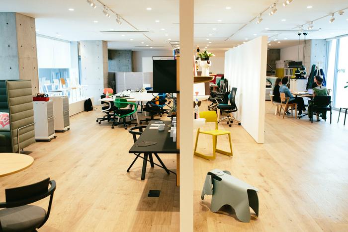 2014年に合併したスイスの家具メーカー「ヴィトラ」の製品とともにアルテックの製品が並びます