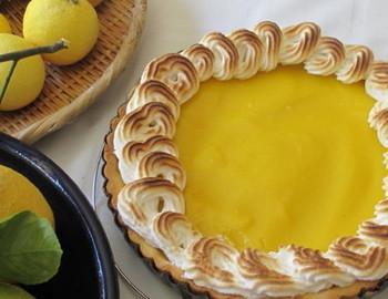 レモンをたっぷりと使ったタルトは、レモン色とメレンゲの色合いがきれい♪香りも味もさっぱりとしているので、食後のデザートとしてもすっとおなかに入っていきます。