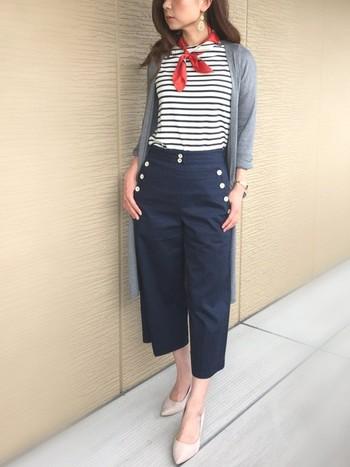 フロントにマリンデザインが施された、デニムワイドパンツが主役の大人マリンスタイル。上品な首元のスカーフが、いいアクセントにもなっていますね。 マリンコーデのイメージは、人それぞれかもしれませんが、どちらかというと太陽の似合う元気な女の子!という印象をお持ちの方も多いかもしれません。 今回は、そんなマリンスタイルに苦手意識をお持ちのあなたにも、大人カジュアルの定番アイテムであるボーダーの着こなしにマンネリ気味のあなたにもきっと参考になる「大人マリンコーデ」の着こなし術についてご紹介していきます。