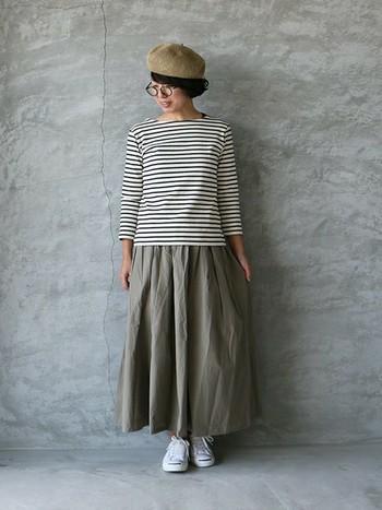 ボリュームのあるコットンスカートが、定番のボーダーをナチュラルな雰囲気に。ベレー帽も同系色でまとめると全体的にシックで落ち着きのある大人っぽいスタイルになります。