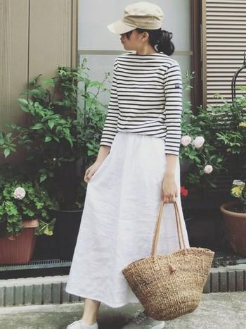 マリンスタイルに、外せないのが「かごバッグ」。ボーダーやデニムとの相性も抜群によくて夏までヘビーローテーション間違いなしのアイテムです。爽やかな白色のロングスカートに、白スニーカーでとことん爽やかなマリンスタイルを楽しんで♪