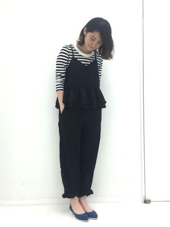 黒のフリル付きキャミソールとパンツでかわいらしいお出かけスタイル。足元はデニム地のパンプスできちんと。ボーダートップスが映えるモノトーンコーデです。