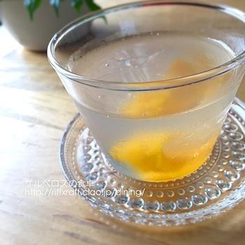 こちらは、寒天とゼラチンの中間的な食感の「アガー」を使用した梅ジュースのゼリー。ゼラチンなどとの食感の違いを楽しむのもおすすめ。透明感があり、きれいに仕上がるのも特徴です。ジュース漬けの梅も一緒に使います。