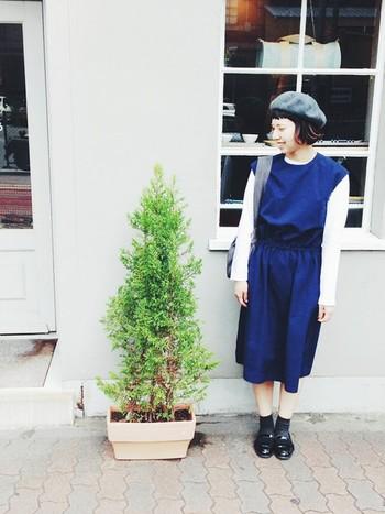 グレーとモノトーンカラーでモードな雰囲気の中に、ブルーのワンピースでかわいさを覗かせたコーディネート。ベレー帽とエナメルシューズできちんとした雰囲気にまとまっているので、よそ行きにもぴったりのスタイルです。