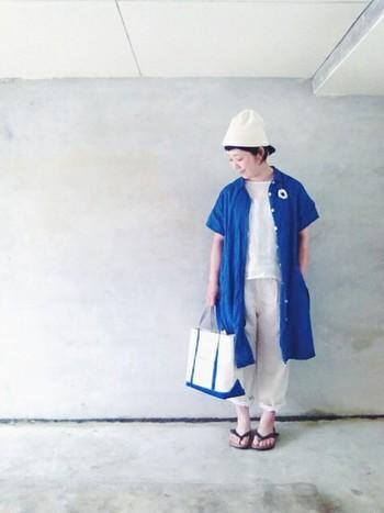 オールホワイトコーデにブルーのシャツワンピースとキャンバストートで、更にさわやかさをプラス。見ているだけで暑さから開放されそうな、とっても涼しげなコーディネートです。