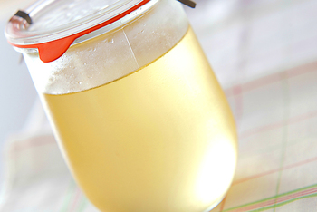 梅シロップは、かき氷にかけたり、シロップに漬けた梅の実も使ってお菓子作りに活用したり。また、爽やかな甘みはお料理のお砂糖の代わりにも。梅の香りが、上品な風味をもたらします。