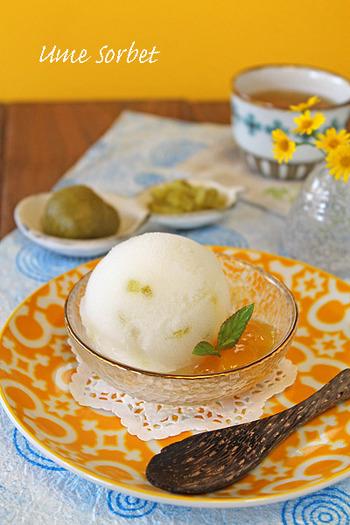 梅シロップを使ったすっきり風味の梅ソルベは、アイスクリームメーカーで仕上げます。アイスクリームメーカーがなければ、冷凍したものをミキサーなどにかけましょう。