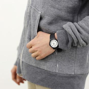 ホワイトの文字盤は爽やかな印象でカジュアルスタイルにもピッタリです♪シンプルだけど存在感のある腕時計はそれだけでコーデのアクセントになりますね。