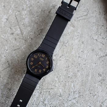 こちらは、ブラックにゴールドが映えるちょっぴり大人顔のシックな文字盤。大人のシンプルスタイルにも合わせやすいですね。視認性が高い大きめの数字の見やすい文字盤が◎ お値段もお手頃なので日常使いしやすい腕時計です。