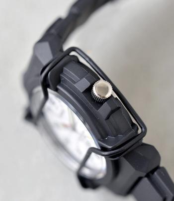 厚みのあるハードな横顔デザインは甘くなりがちなガーリーコーデのはずしアイテムとしても使えます。