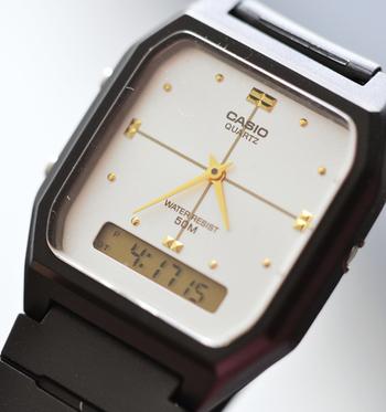 八角形のケースにゴールドのインデックスと3針、ちょっぴりゴージャスな雰囲気も素敵です♪