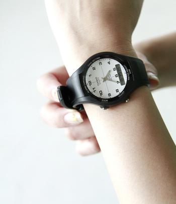 シンプルだけど存在感のある、アナログとデジタル表示が楽しめるシンプルなデザインの腕時計。