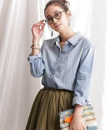 レディライクなフレアスカートとあわせて、女っぽく着こなすのがコツ。凛とした印象のカジュアルスタイルに仕上がります。袖をロールアップして着ると、バングル使いがアクセントになっておしゃれ度ぐんとアップ!
