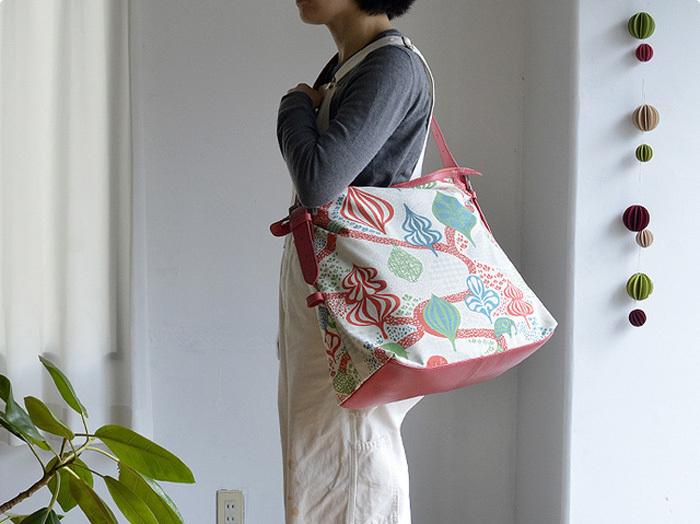 お子さんが歩くようになったらママは両手を空けておきたいもの。メッセンジャーバッグなら肩から掛けられるので元気なお子さんと一緒のお出かけでも大丈夫。