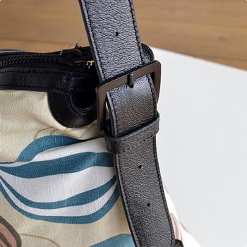 ストラップは持ちやすい長さに調節可能です。短めにすればトートバッグに、長めにするとショルダーバッグとして使える、嬉しい2way仕様♪